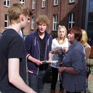 Übergabe der Unterschriftenlisten am Gymnasium am 8.5.2012
