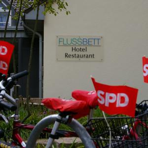 Fahrräder vor dem Hotel Flussbett