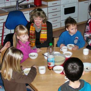 im Bild von links: die Kinder der Mäusegruppe mit Mimra Joseph, Karin Kirchner, Hildegard Freisfeld